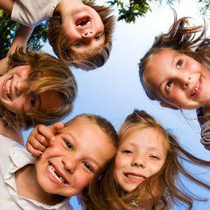 Kinder-im-Kreis-gucken-grinsend-nach-unten